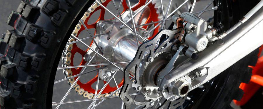 manutenzione e controllo freni pastiglie sulla moto da enduro